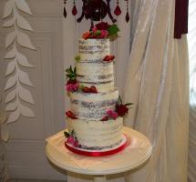 торт кремовый свадебный с клубникой и цветами