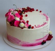 Кремовый торт с розочками и ягодами