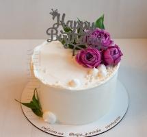 нежный кремовый торт с цветами