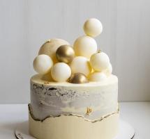 торт с позолотой и шоколадными шарами