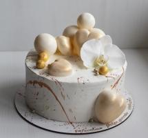 кремовый торт с муссовыми сердцами