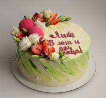 кремовый торт с макаруном и розами