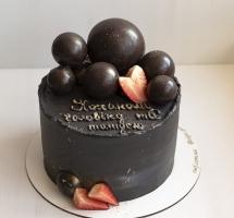 мужской торт с шоколадными шарами и клубникой