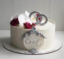 Свадебный кремовый торт с кольцами.