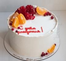 кремовый с фруктами и ягодами