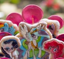 """пряники """"Радужные пони"""" на торте"""