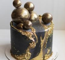 Темный торт с золотом и шоколадными шарами