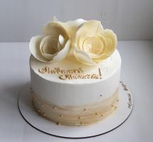 Кремовый торт с шоколадными розами