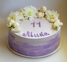 кремовый торт с хризантемами