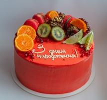 кремовый торт с фруктами и макароном