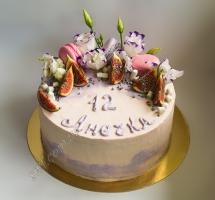 кремовый торт с цветами и инжиром