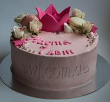 кремовый торт с розами и макароном