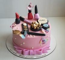 Кремовый торт с косметикой
