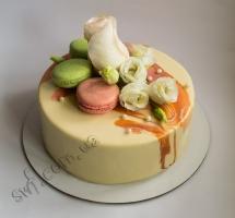 муссовый торт с макароном и розами