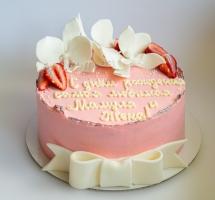 нежный кремовый торт с клубникой и орхидеями