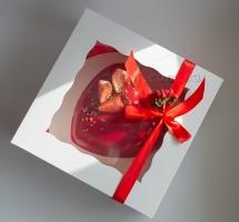 Муссовое сердце с клубничкой, в коробке с окошечком. Лента с букетиком.
