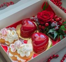 муссовые, медовые пироженные с цветами