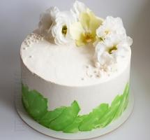 светлый нежный летний тортик с живыми цветами