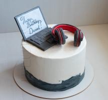 торт с наушниками и ноутбуком