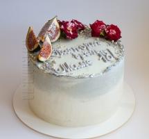 кремовый торт с розочками и инжиром