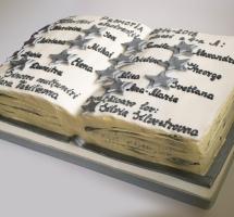 кремовый торт в виде книги