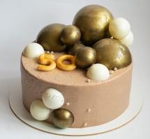 кремовый торт с шарами