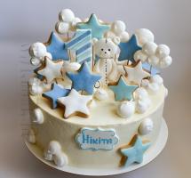 кремовый торт украшенный имбирными пряниками и безе