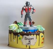 Кремовый торт с фигуркой Трансформера и безе